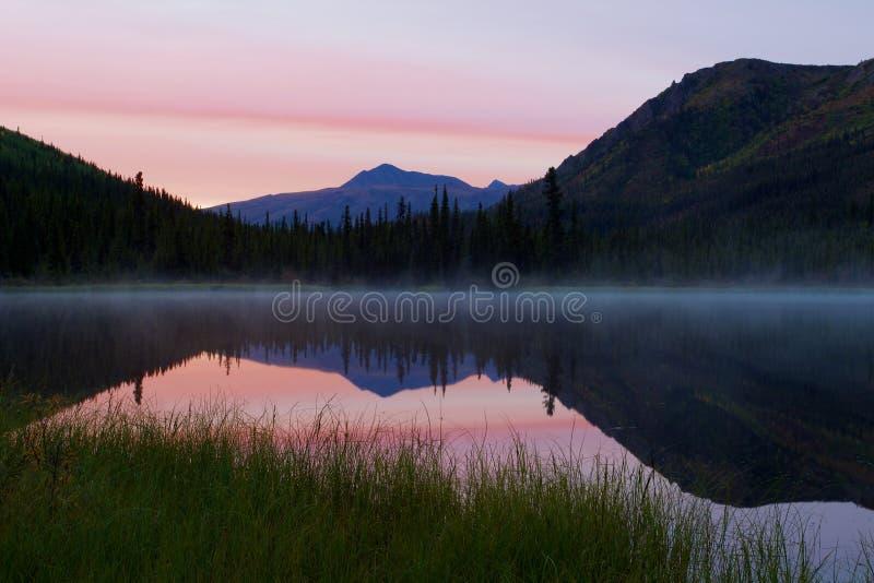 三倍湖在日出期间的Denali国家公园与雾 免版税库存照片