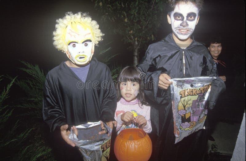 三儿童把戏或款待在橡木图,加州的万圣夜 免版税库存图片