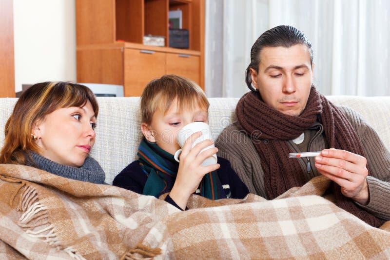 三口之家与十几岁的儿子不适 库存照片