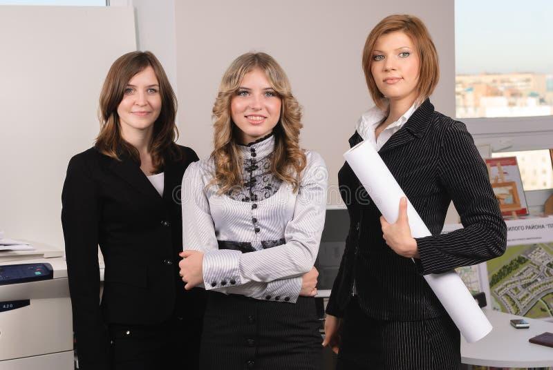 三名女实业家在建筑办公室 库存照片