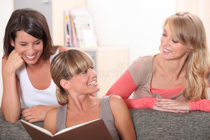 三名妇女微笑 图库摄影