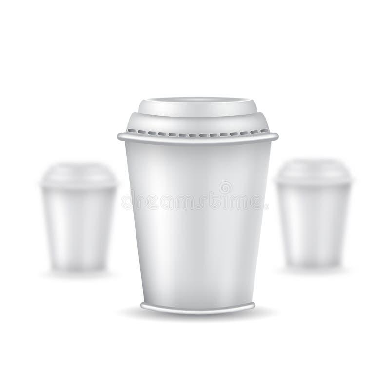 三咖啡或茶塑料杯子的现实嘲笑有在白色的盖帽的 导航例证一个杯子锋利和两个杯子dep 库存例证