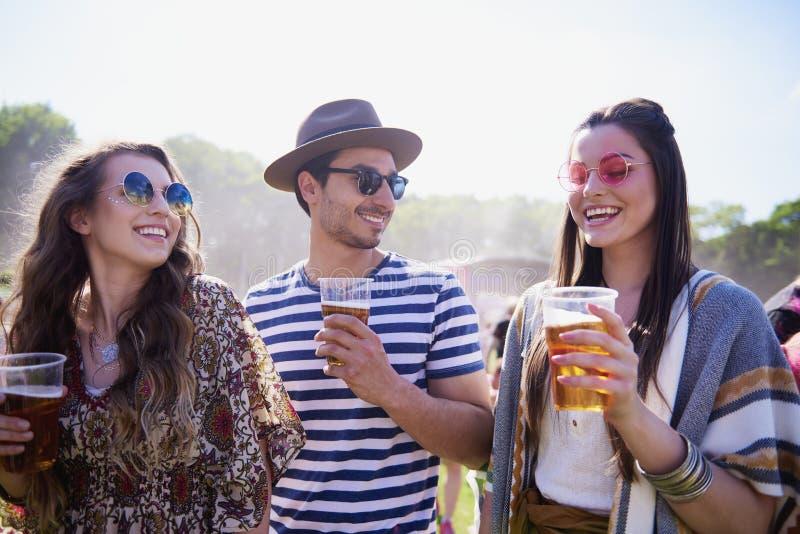 三喝啤酒的最好的朋友户外 库存照片
