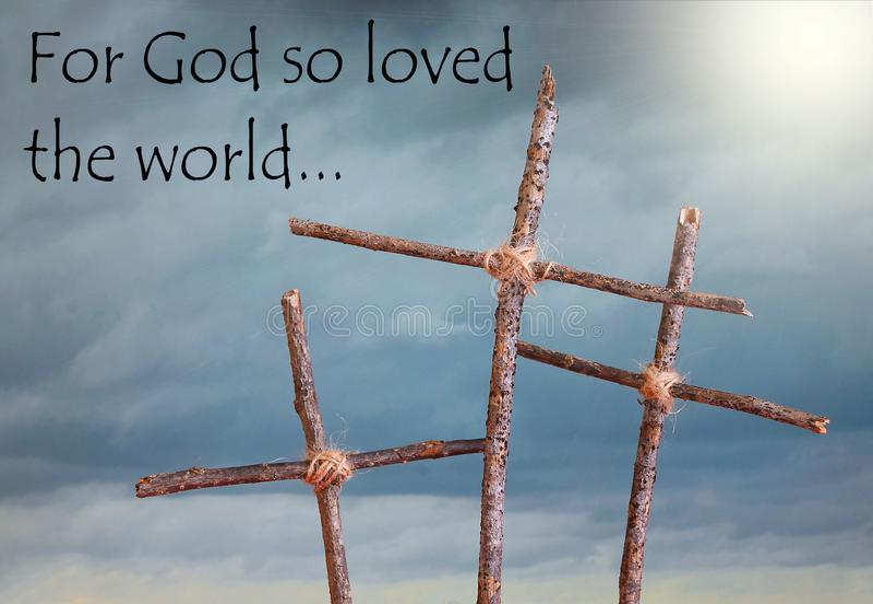 三土气,在代表耶稣基督的基督受难日在十字架上钉死风雨如磐的天空前面的自创十字架在之前 图库摄影