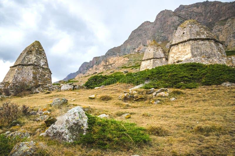 三在一座高山的背景的坟茔 免版税库存照片