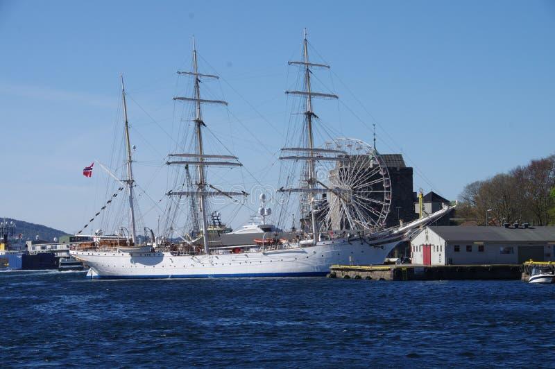 三在卑尔根挪威上了船桅挂挪威的旗子的大篷车靠了码头在港口 免版税库存图片