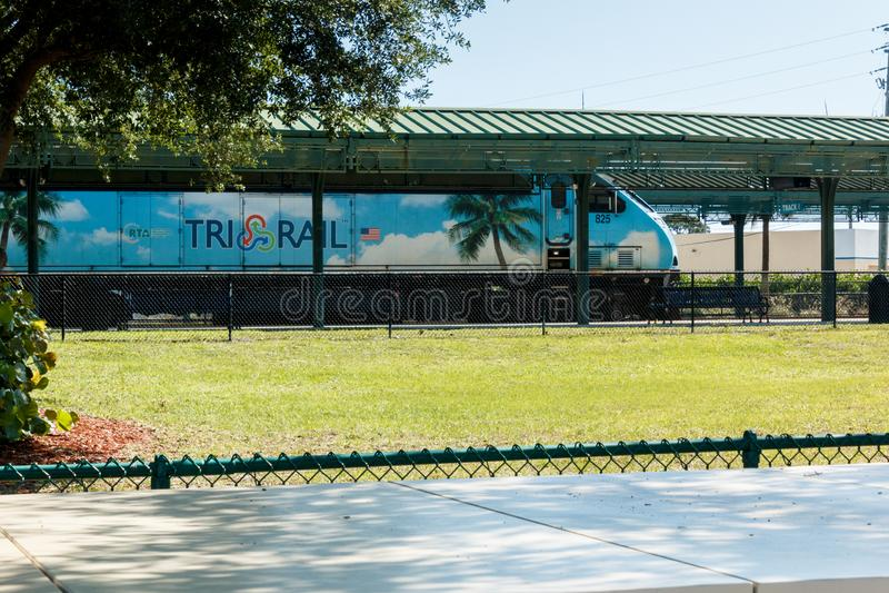 三在平台的路轨蓝色火车正面图在芒谷阿园驻地在西棕榈滩, 免版税库存图片