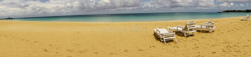 三在海滩的轻便折叠躺椅 库存照片