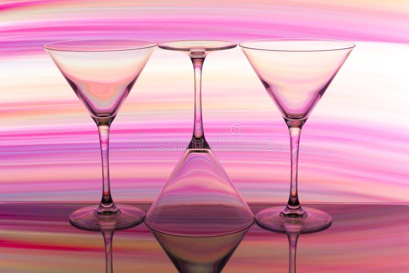 三块鸡尾酒/马蒂尼鸡尾酒玻璃连续与颜色彩虹在他们后 免版税库存图片
