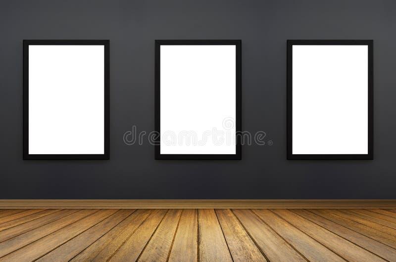 三垂悬在灰色墙壁上的黑框架 白色孤立 透视木地板 对登广告者 设计图象 免版税库存图片