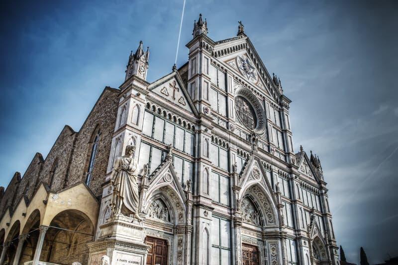 三塔Croce大教堂和但丁・阿利吉耶里雕象在佛罗伦萨 库存图片