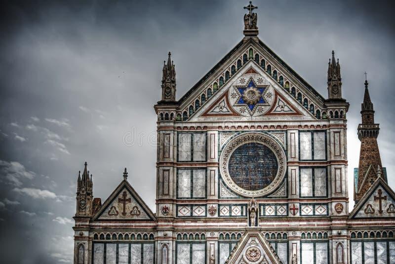 三塔Croce正面图在剧烈的灰色天空下 免版税库存图片