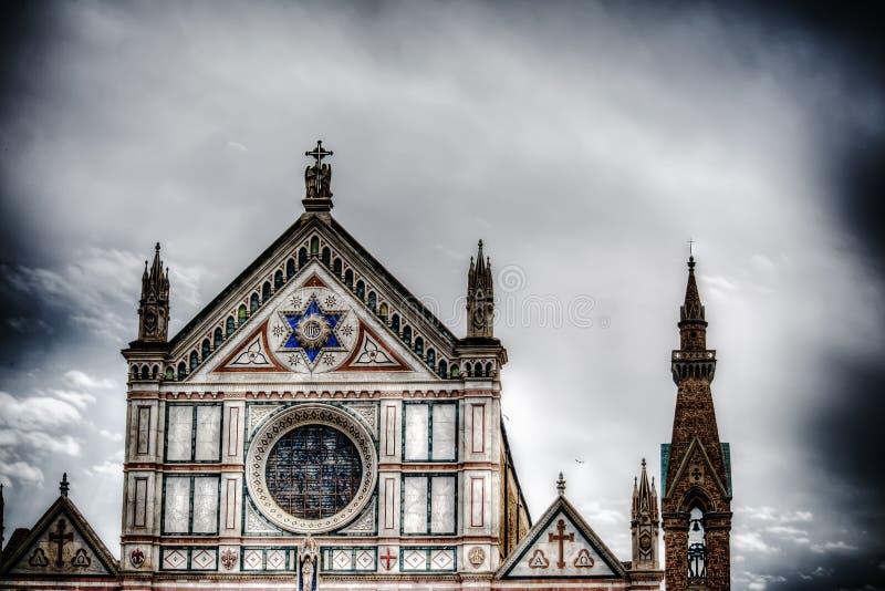 三塔Croce正面图在剧烈的灰色天空下 库存图片