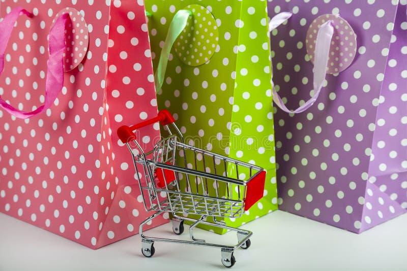 三多彩多姿的购物带来 免版税库存图片