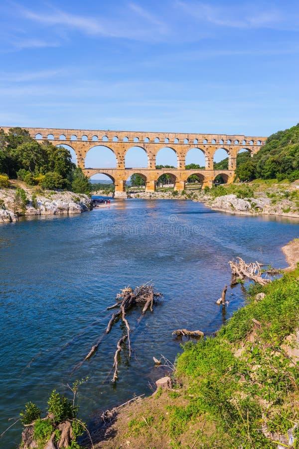 三层渡槽Pont du加尔省-最高在欧洲 普罗旺斯,春天晴天  库存图片