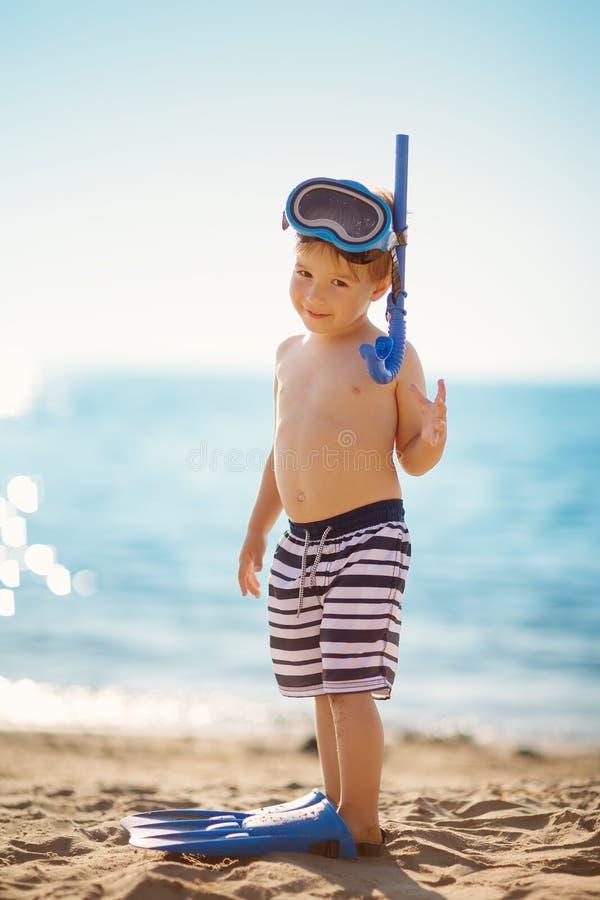 三岁使用在与游泳圆环的海滩的男孩 库存图片