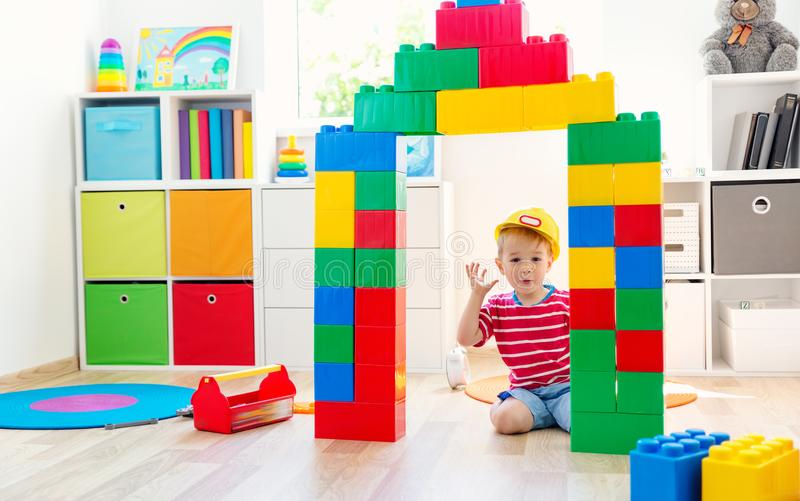 三岁儿童坐与立方体的地板 免版税库存照片