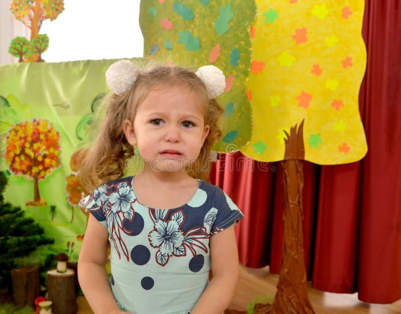 三岁的女孩在幼儿园哭泣 库存照片
