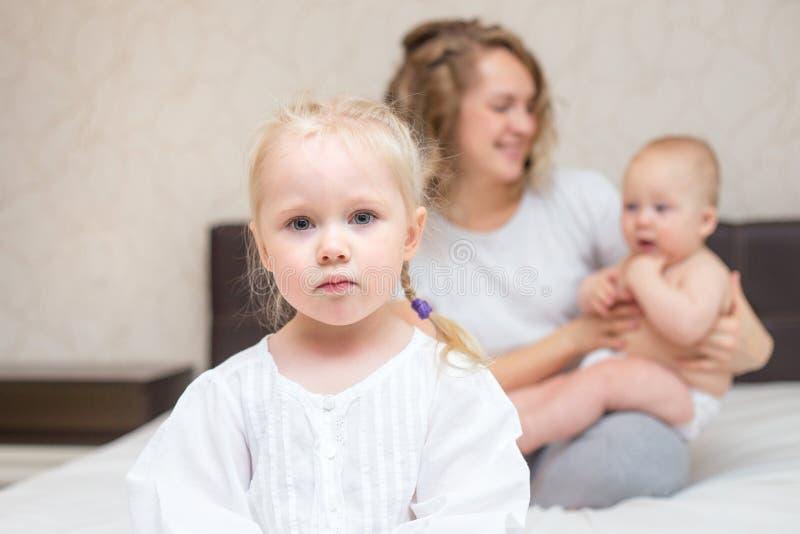 三岁的女孩是嫉妒的她的弟弟 库存图片
