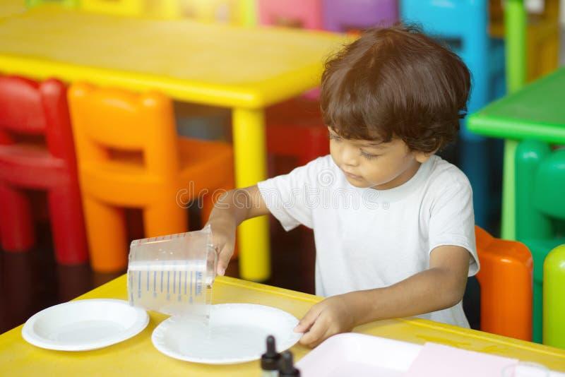 三岁的孩子在亚洲做科学试验 免版税库存照片