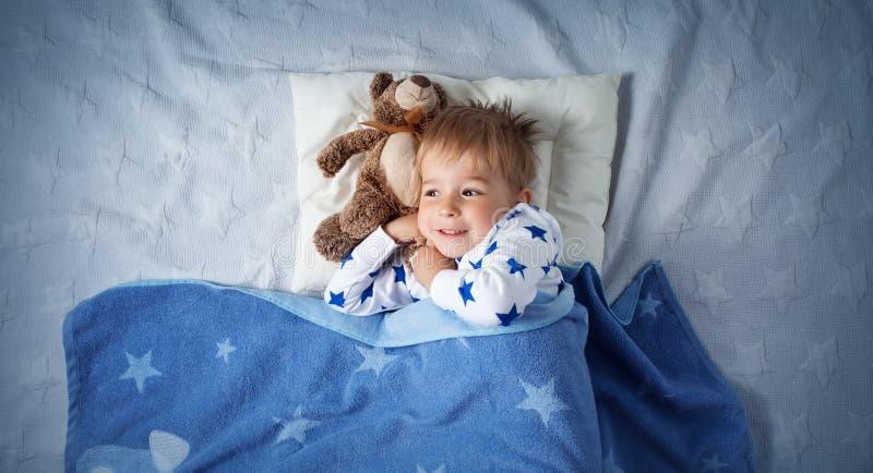 三岁睡觉在床上的儿童 库存图片