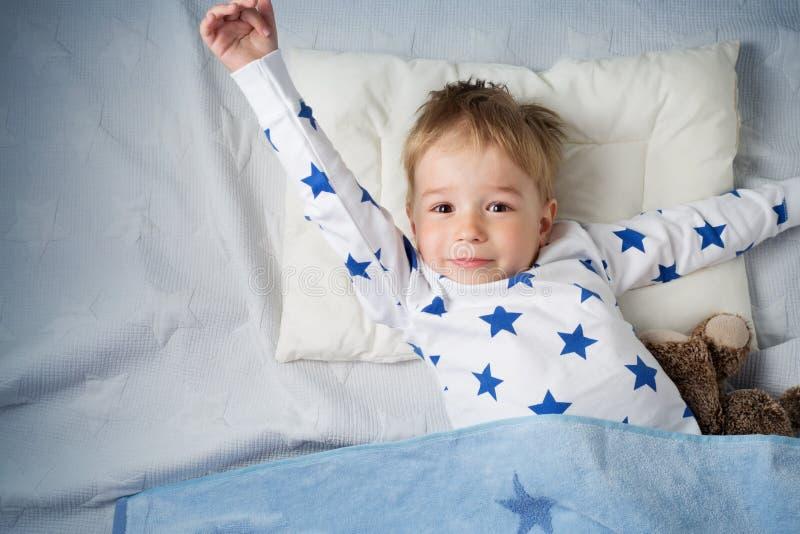 三岁睡觉在床上的儿童 免版税库存图片