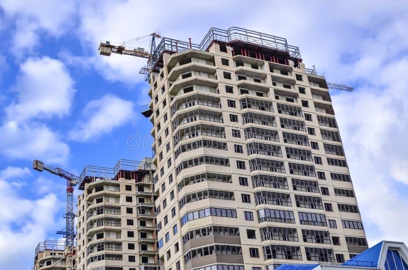 三座新的高层建筑物找出一在其他后明亮的天空背景 库存照片