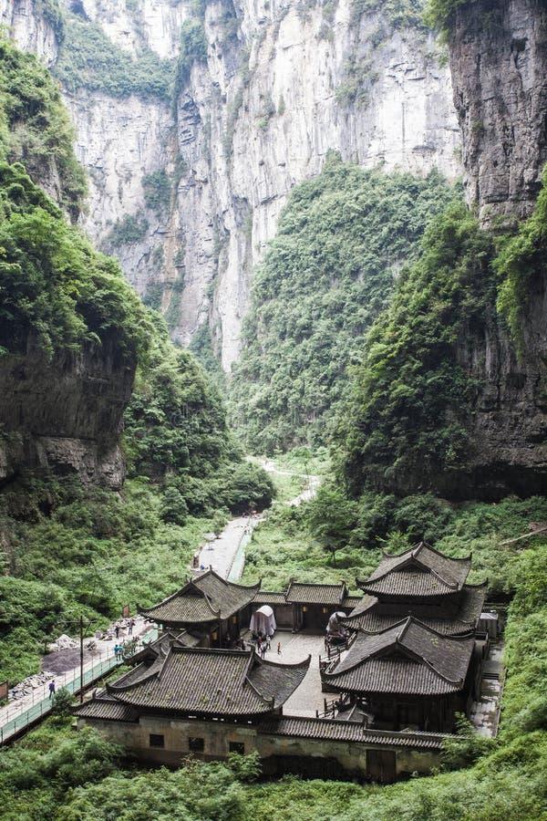 三座自然桥梁的Tienfu顶楼房屋 免版税库存照片