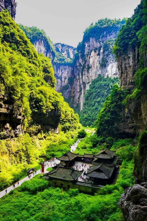 三座自然桥梁的Tienfu顶楼房屋 免版税库存图片