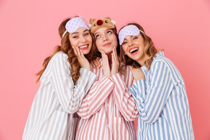 三快乐的女朋友20s佩带的休闲衣物和睡眠 免版税库存照片
