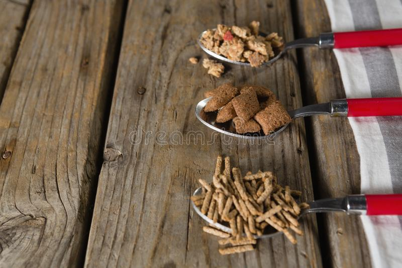 三把匙子用各种各样的早餐谷物 免版税库存图片