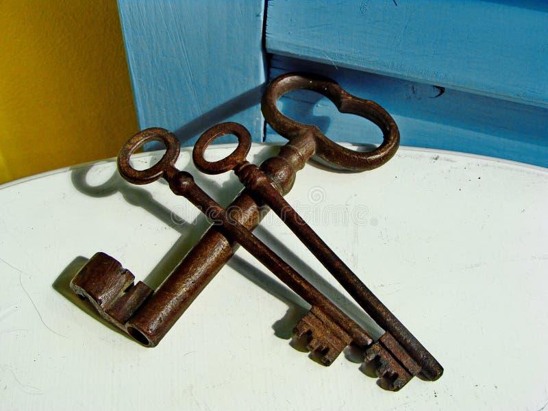 三把葡萄酒铁钥匙,生锈,交错 库存照片