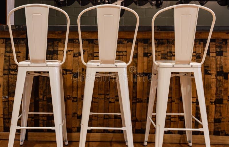 三把高金属凳子 免版税库存照片