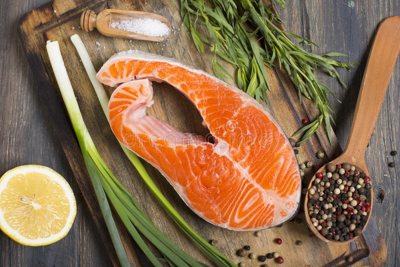 三文鱼、柠檬、葱和香料 免版税库存照片