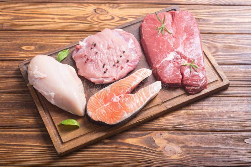 三文鱼、牛肉、猪肉和鸡 免版税库存照片