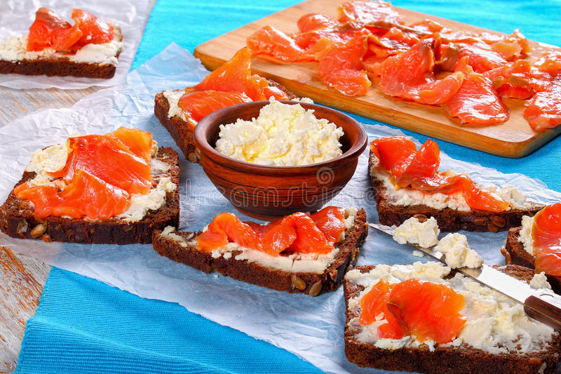 三文鱼乳脂干酪黑麦面包三明治 免版税库存照片