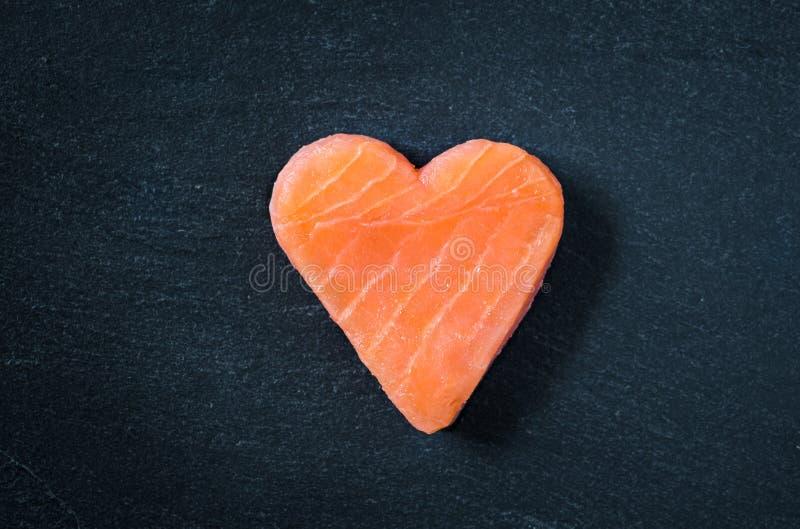 三文鱼内圆角拷贝空间黑色板岩背景,健康吃Ω 3概念 库存图片