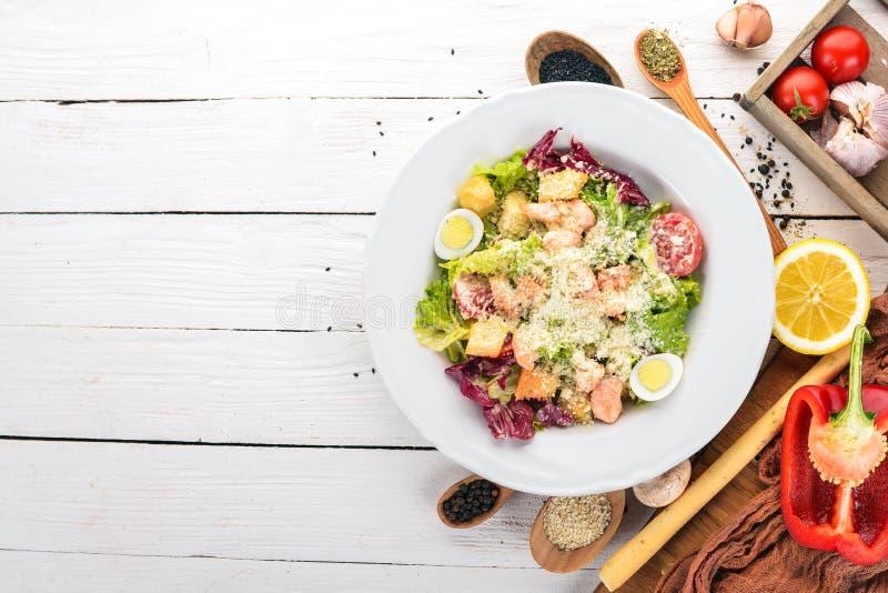 三文鱼凯撒沙拉 新鲜蔬菜 健康食品 顶视图 免版税库存图片