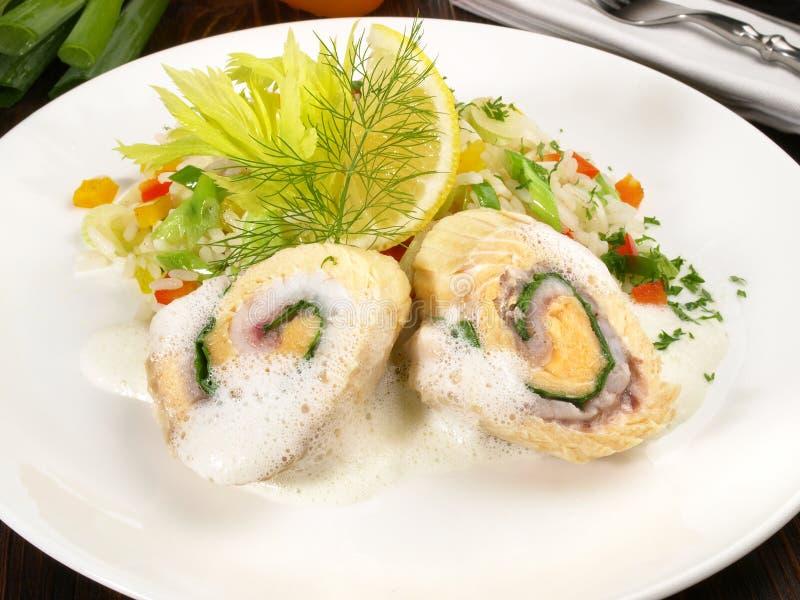 三文鱼劳斯-鱼片用米和菜 免版税库存照片
