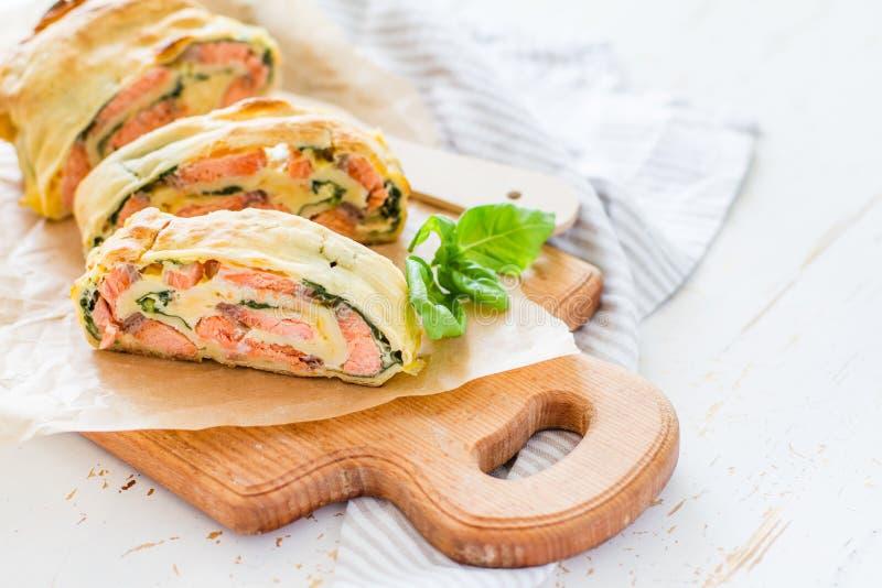 三文鱼和菠菜果馅奶酪卷 免版税图库摄影