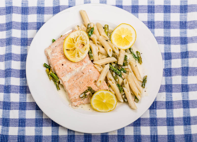 三文鱼和面团用柠檬 库存图片
