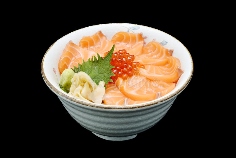 三文鱼和ikura新鲜的未加工的三文鱼和獐鹿Chirashi生鱼片在日本传统食物餐馆米  免版税库存图片