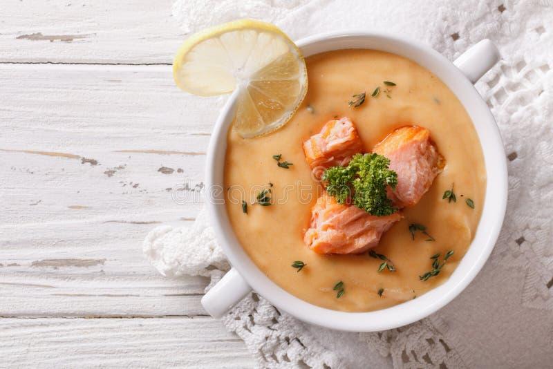 三文鱼奶油色汤用在桌上的柠檬 水平的顶视图 免版税库存照片