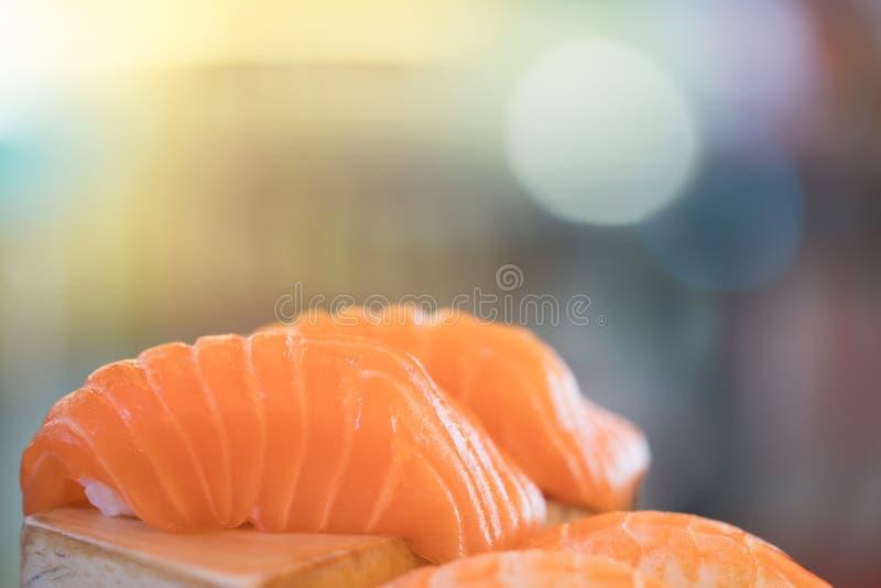 三文鱼寿司,日本食物可口菜单, bokeh弄脏了与拷贝空间的背景 免版税库存图片