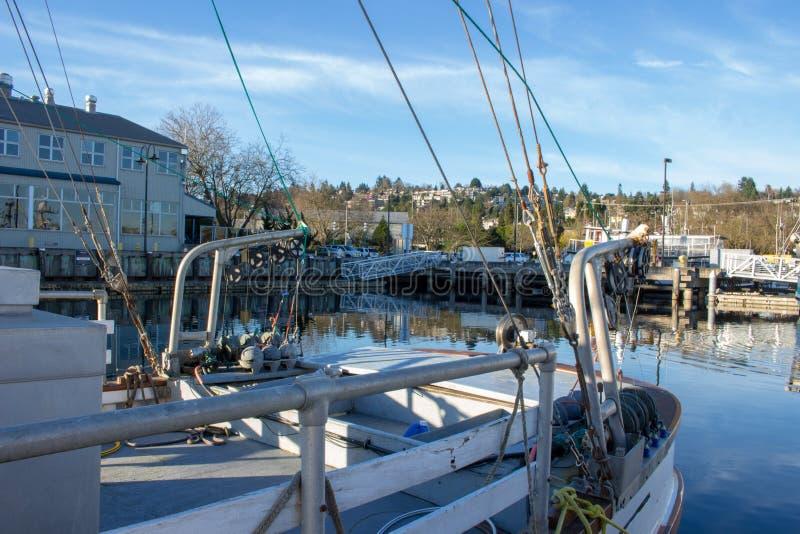 三文鱼拖网渔船在渔夫` s终端靠了码头 免版税库存图片