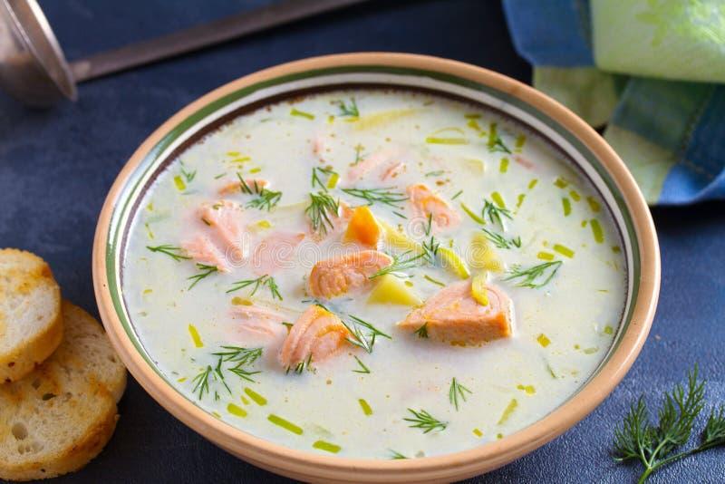 三文鱼汤 乳脂状的热诚的三文鱼鱼汤 清洗吃的,健康和饮食食物概念 库存图片