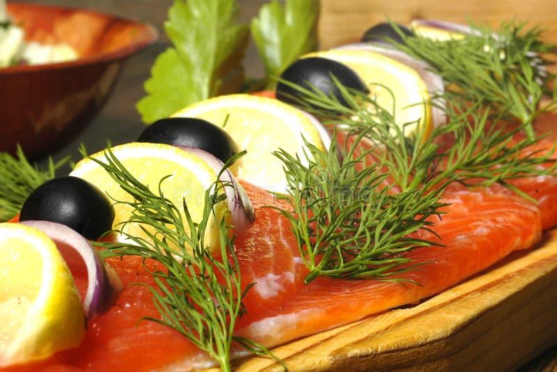 三文鱼煮的盘的马铃薯 免版税图库摄影