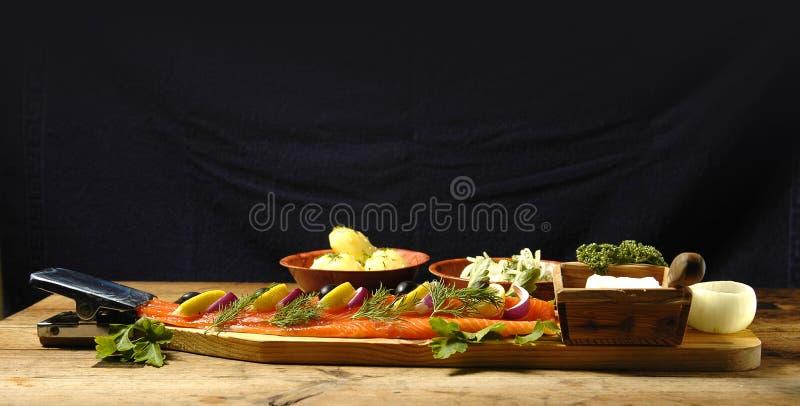 三文鱼煮的盘的马铃薯 库存照片