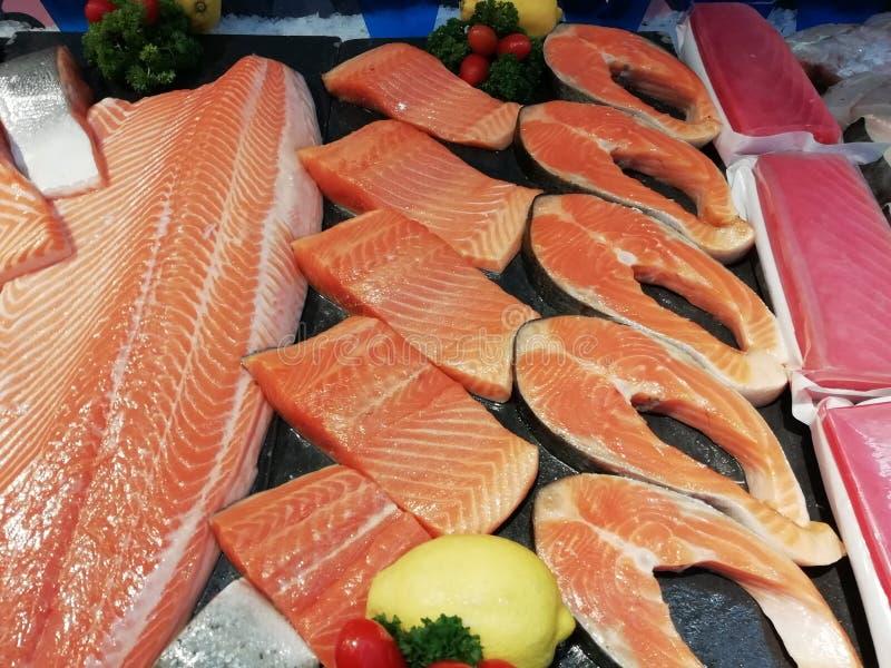 三文鱼片断在超级市场投入了出售 免版税图库摄影