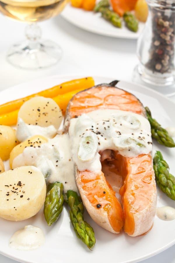 三文鱼用乳脂状的芦笋调味汁 库存图片
